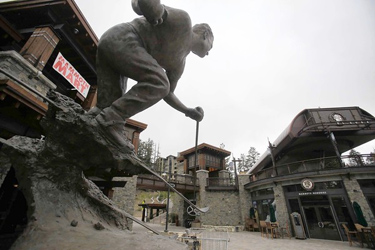 A statue of a skier in Mammoth Lakes. Credit: Los Angeles Times.